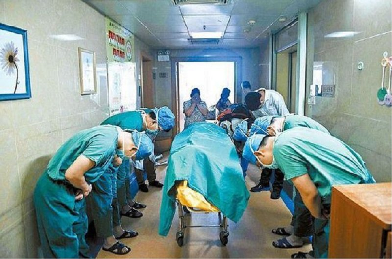 Tragic Picture Shows Doctors Bowing To Cancer Victim Who Donated Organs